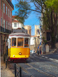 Tram du jaune 28 dans Alfama, Lisbonne, Portugal Photographie stock libre de droits