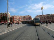 Tram in einem Quadrat in Nizza Stockbild