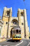 Tram 28 en de Kathedraal van Lissabon stock afbeeldingen