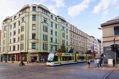 Tram en peope in straat van Oud Riga royalty-vrije stock foto