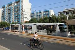 Tram en vrouw op fiets, Shanghai, China Royalty-vrije Stock Afbeeldingen