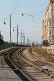 Tram et rails jaunes sur le remblai de Budapest photos stock