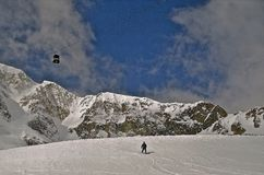 Tram et skieur au dessus de montagne Photographie stock