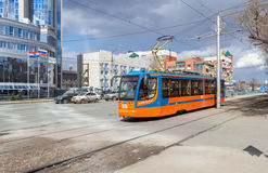 Tram fährt auf Straße am sonnigen Tag des Sommers Stockbild