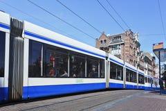 Tram im Amsterdam-Stadtzentrum, die Niederlande Stockbilder