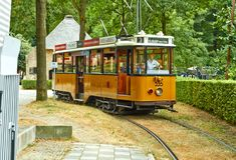 Tram im Sommerpark lizenzfreies stockbild