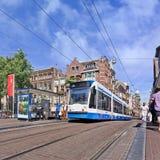 Tram im Stadtzentrum von Amsterdam, die Niederlande Stockbilder