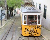Tram jaune avec le graffity à Lisbonne Photo stock
