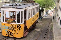 Tram jaune avec le graffity à Lisbonne Image stock