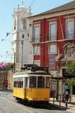 Tram jaune dans la rue de Lisbonne Photos stock