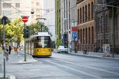 Tram jaune en Berlin Mitte, Allemagne Transport en commun de tramway Photographie stock