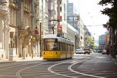 Tram jaune en Berlin Mitte, Allemagne Transport en commun de tramway Images stock