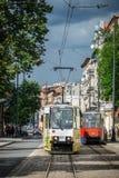 Tram jaune sur la rue dans Bydgoszcz Photographie stock libre de droits
