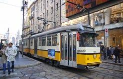 Tram jaune traditionnel sur la rue de Milan Image libre de droits