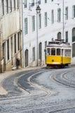 Tram jaune typique sur la rue de Lisbonne images stock