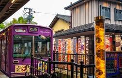 Tram-Linie Keifuku Randen, die zu Station I Arashiyama Randen kommt lizenzfreie stockfotos