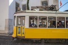 Tram 28 in Lissabon Lizenzfreies Stockfoto