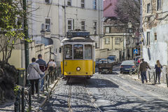 Tram 28 in Lissabon Stockbilder