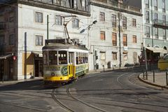 Tram 28 in Lissabon Stockfoto