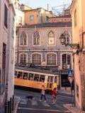 Tram in Lissabon, das ansteigend geht lizenzfreies stockfoto