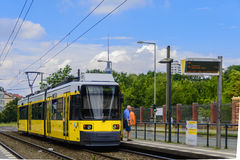 Tram M8 in der Ostseite Berlin stockfotos