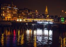 Tram met zich onduidelijk beeld het lichte bewegen op nachtkanalen van Amsterdam Royalty-vrije Stock Foto's
