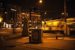 Tram met zich onduidelijk beeld het lichte bewegen op nachtkanalen van Amsterdam Stock Afbeelding