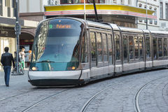 Tram moderne à Strasbourg, France Photos stock