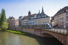 Tram moderne sur les rues de Strasbourg, France Images stock