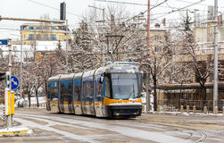 Tram moderne sur une rue de Sofia Photo stock