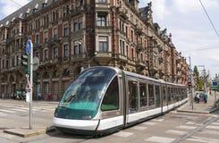 Tram moderno su una via di Strasburgo, Francia Fotografie Stock