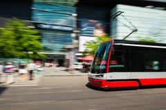 Tram moderno vago nel moto nella città di Praga Fotografie Stock Libere da Diritti