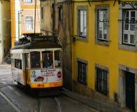 Tram Nr. 28 in Lissabon Lizenzfreie Stockbilder