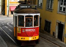 Tram Nr. 28 in Lissabon Stockbild