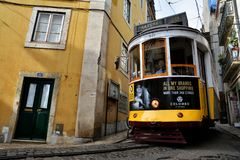 Tram Nr. 28 in Lissabon Stockfotos