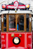Tram onder sneeuwregen bij Istiklal-Straat, Beyoglu, Turkije Stock Foto