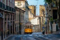 Tram online 28 in Lissabon, Portugal royalty-vrije stock foto's