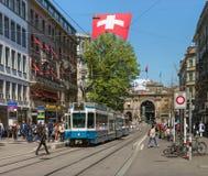 Tram op Bahnhofstrasse-straat in Zürich, Zwitserland stock foto