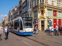 Tram op de bezige het winkelen straat van Leidsestraat stock foto's