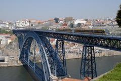 Tram op de brug. Porto. stock foto