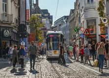 Tram op de straten van Gent, België stock foto's