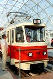 Tram op een brug stock afbeelding