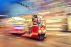 Tram op stedelijke stadsstraat met het effect van het motieonduidelijke beeld katowice Stock Foto's