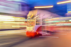 Tram op stedelijke stadsstraat met het effect van het motieonduidelijke beeld polen Stock Fotografie