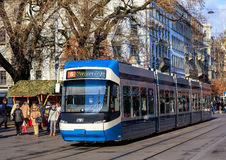 Tram passant le long de la rue de Bahnhofstrasse à Zurich photo stock