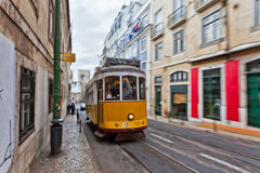Tram passant par des rues de Lisbonne Image libre de droits