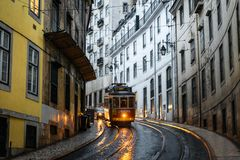 Tram rosso a Lisbona alla notte Fotografie Stock