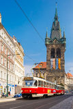Tram rosso vicino alla torre di Jindrisska a Praga, ceca Fotografia Stock