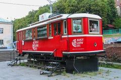Tram rouge décoratif utilisé comme agence de visite à Lviv, Ukraine Images stock