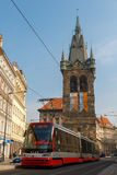 Tram rouge sur les rues de Prague Photos stock
